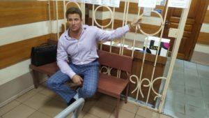 Адвокат Валентин Рыбин приковал себя наручниками в поисках справедливости. фото: Facebook/ Валентин Цонев