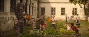 Роботы в фильме не только воюют, но и играю вместе с детишками в баскетбол и поливают грядки. Фото: скриншот