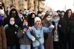 Свежий воздух после скучного урока: почему молодежь выступает за смену власти