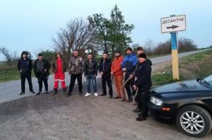 Жители села Десантное организовали отряд самообороны для борьбы с бандами. Фото: Facebook.